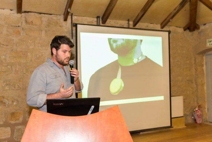 עמרי קאופמן מסביר על עבודה שלו בקורס של הדר שפירא -  מכשיר להגברת קול עבור אנשים שעוצמת קולם נפגעה