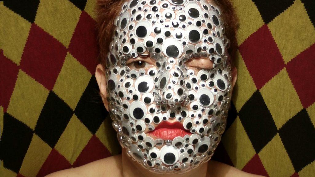 בעבודת הוידאו ״The Reptile Man״ (2012) האמנית סלי קריסטל קרמברג נכנסת לעורו של איש זוחל,  המוצג כקוריוז לצופים סקרניים במופע החריגים (Freak show) בקרקס.  פניה מכוסות לחלוטין בעיניים מפלסטיק, ורק עיניה חשופות אל הצופה. אחת לכמה שניות היא מנענעת  את ראשה ומקרקשת, כאילו מנסה להיפטר מהעיניים, מהשיריון שלא מגן עליה אלא מעצים את חשיפתה.  במהלך מחקר על אנשי הפריק שואו, הבינה קרמברג כי רובם התגאו בעיסוק שלהם ופרנסו משפחות  שלמות בזכות המום הגופני שלהם. היא מציגה פרשנות אישית להוויתם של אותם אנשי קרקס, ומדברת  על יחסי כוחות בין צופה ונצפה, בין אמן וקהל.  המבט שמוחזר אל הצופה אינו מתריס אלא משלים עם היותו מוזר, חריג ושונה.
