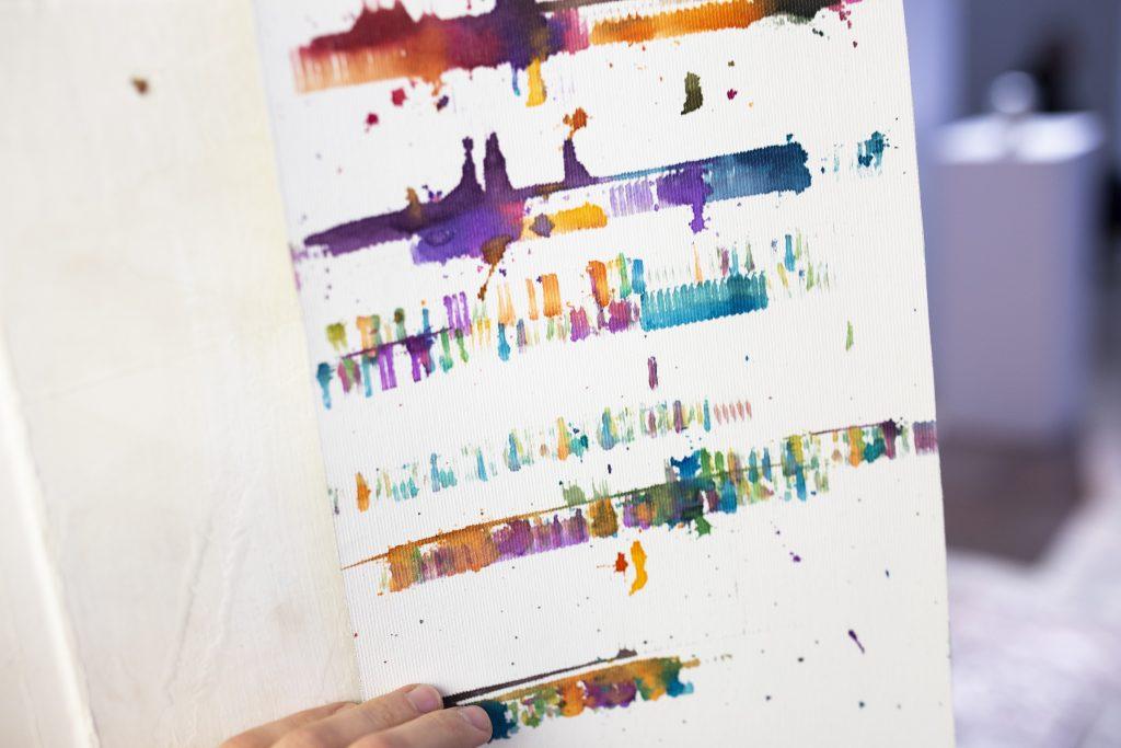 שירי מלר. מילים/מילים/מילים באמצעות התערבות במכונת ההקלדה, הכותב מחליף מילים בצבע ובצליל ונותן ייצוג חזותי למחשבותיו.  הציטוט של המלט: