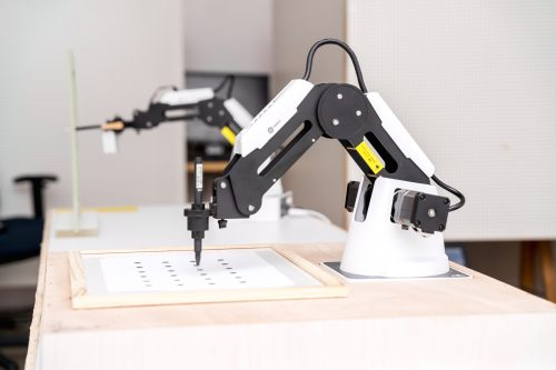 על תנועה, טיפול ופועלה משותפת עם רובוטים